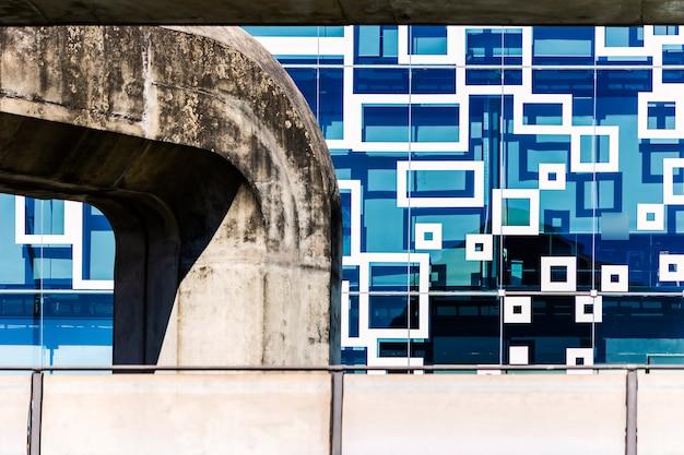 Construção abstrata, concreto, linha e geométrica na cidade.