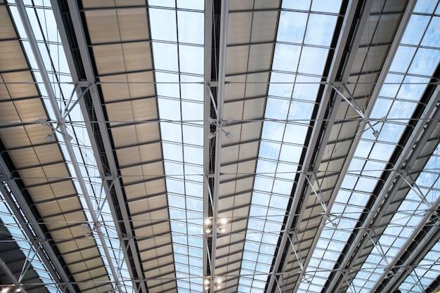 Construção abstrata frame de telhado de vidro de aço