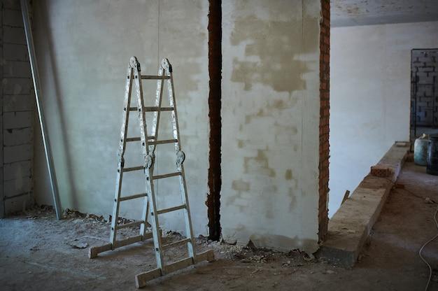 Construção, canteiro de obras em andamento para nova casa, escada na sala