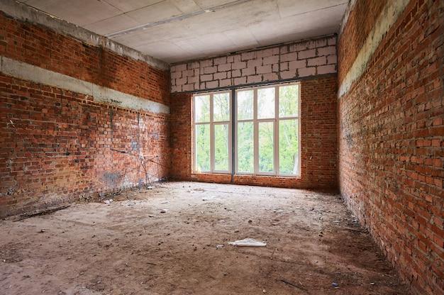 Construção, canteiro de obras em andamento para nova casa, parede de tijolos no quarto
