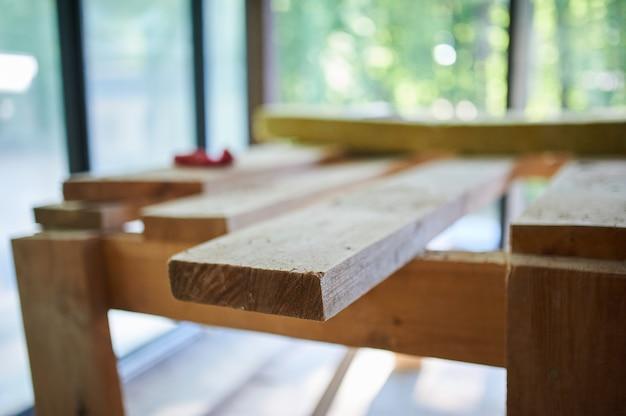 Construção, canteiro de obras em andamento para nova casa, tábuas no quarto