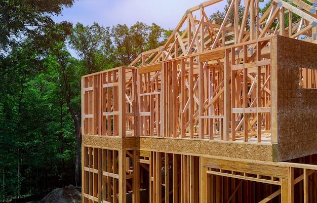 Construção civil, estrutura de estrutura de madeira no novo local de desenvolvimento da propriedade