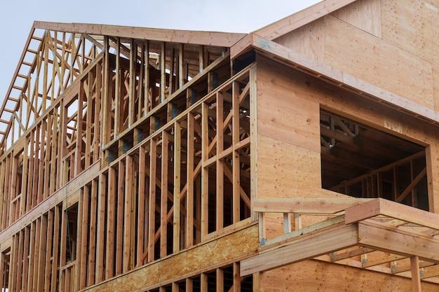 Construção civil, estrutura de estrutura de madeira no novo local de desenvolvimento imobiliário