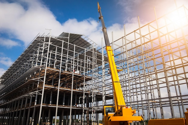 Construção civil usando guindastes móveis