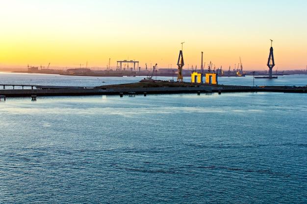 Construção da ponte la pepa ao nascer do sol, cádiz, espanha