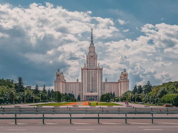 Construção de arranha-céu stalinista da universidade no dia de verão em moscou, rússia