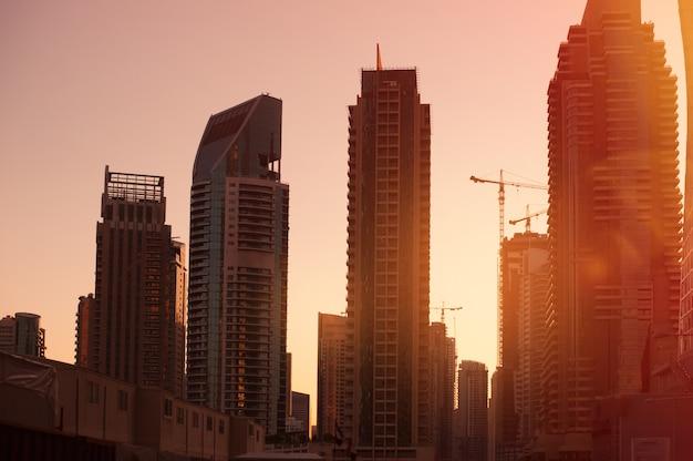 Construção de arranha-céus no nascer do sol