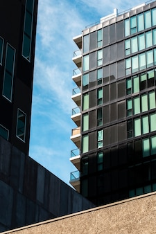 Construção de baixo ângulo com muitas janelas