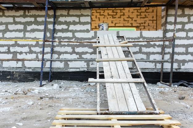 Construção de blocos de concreto de espuma. expansão da sala.