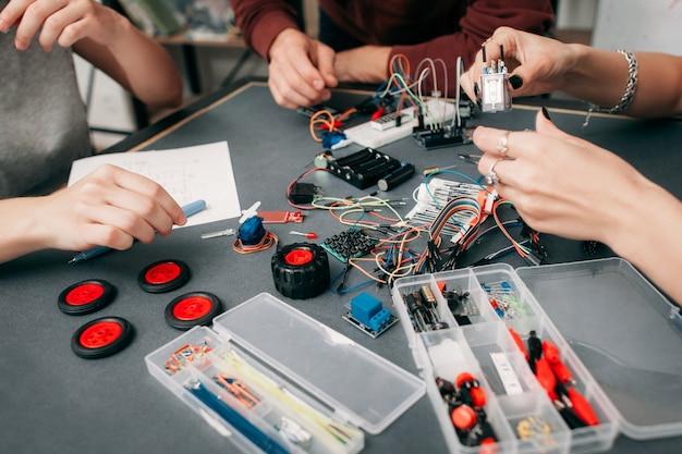 Construção de carro eletrônico com microcontrolador.