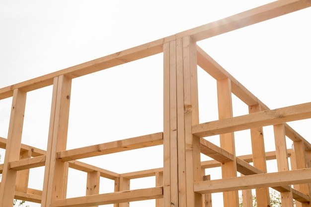 Construção de casa de madeira com vista baixa