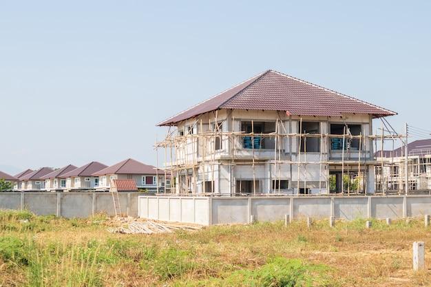 Construção de casa no canteiro de obras