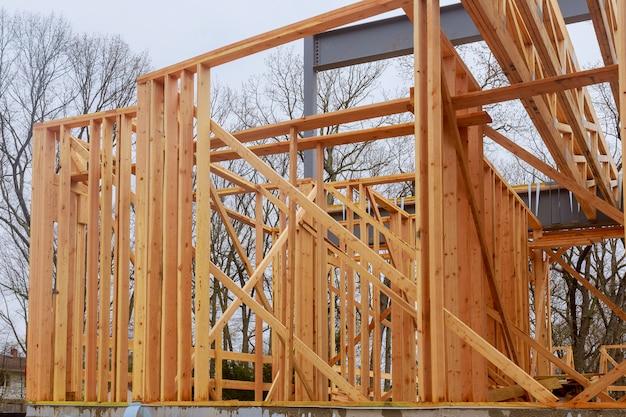 Construção de casa nova emoldurando de uma casa em dia claro