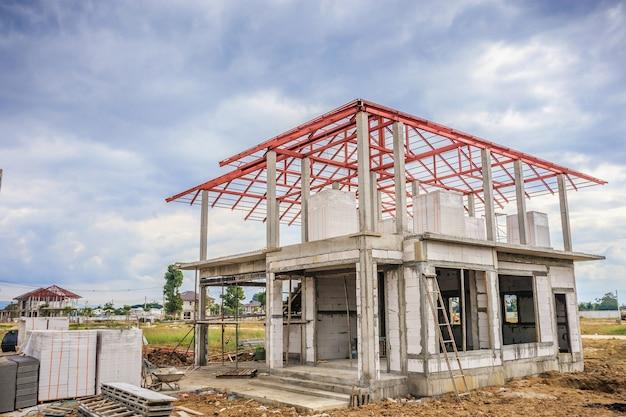 Construção de casa nova residencial em andamento no canteiro de obras