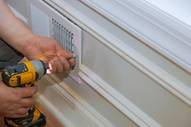 Construção de cobertura de ventilação do construtor operário instalando