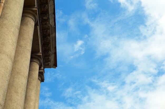 Construção de coluna sob um céu azul com nuvens