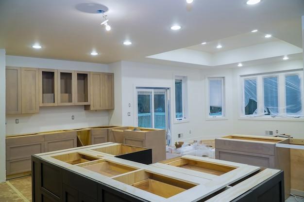 Construção de design de interiores de remodelação de cozinha com marceneiro instalando customização de reforma da casa