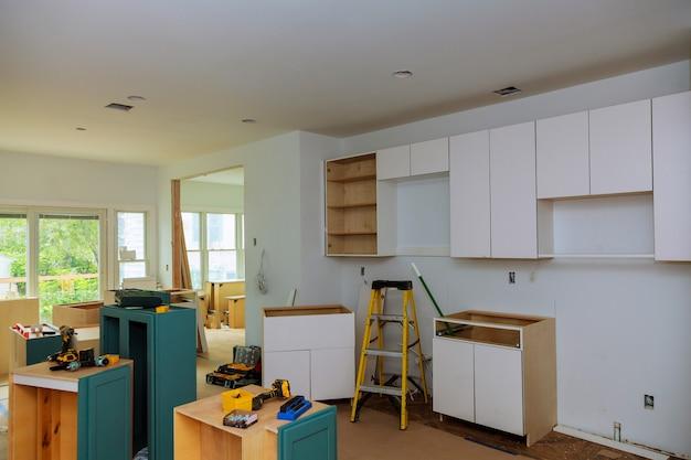 Construção de design de interiores de uma cozinha com exaustor