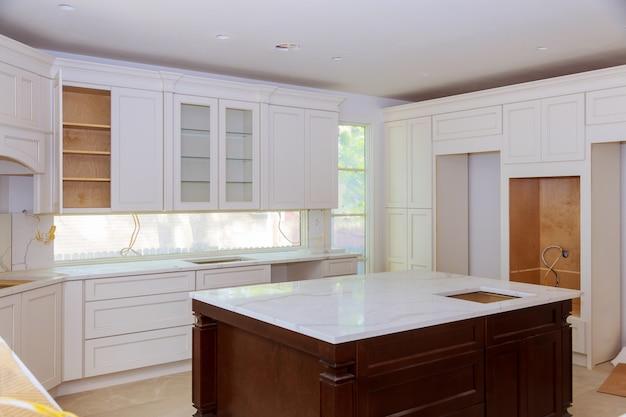 Construção de design de interiores de uma cozinha com marceneiro instalando personalizado