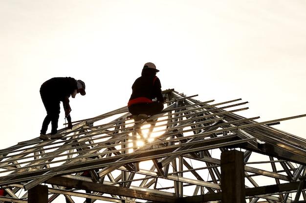 Construção de dois homens trabalhando