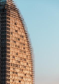Construção de edifício moderno sob céu azul