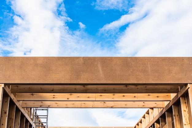 Construção de edifício sustentável em madeira, telhado e paredes sem acabamento com tábuas.