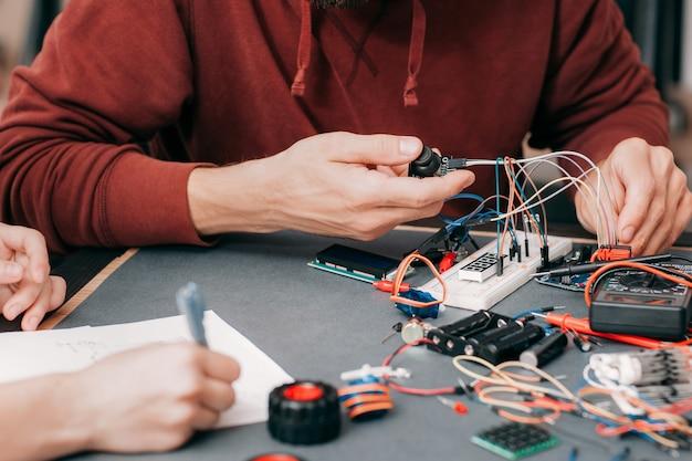 Construção de eletrônicos em laboratório.