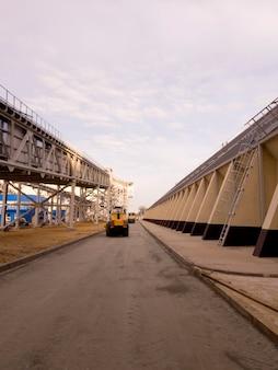 Construção de estrada. mineração e planta de processamento. mineração de silvinita. distrito de petrikov, república da bielorrússia.