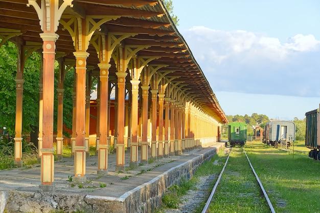 Construção de madeira velha renovada da estação de trem em 1904 y. haapsalu, estônia.