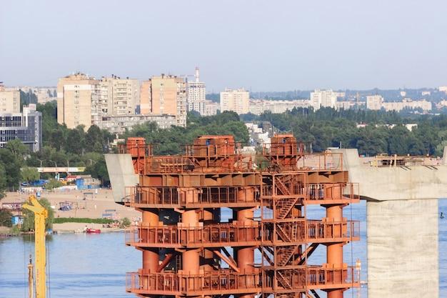 Construção de novas pontes sobre o rio dnieper em zaporozhye. ucrânia. paisagem da cidade