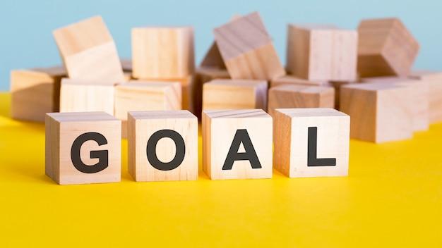 Construção de palavra de objetivo com blocos de letras e uma profundidade de campo rasa, conceito de negócio