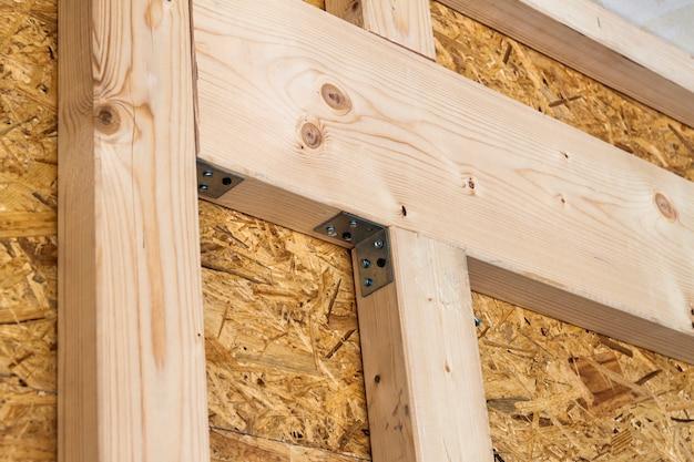 Construção de paredes com estrutura de madeira de uma nova casa de campo