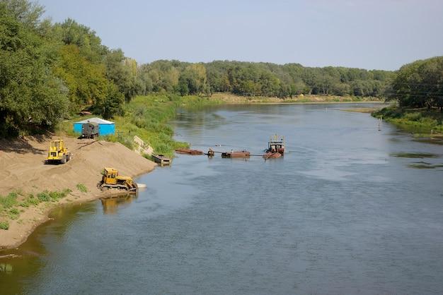 Construção de passeio e dragagem no rio ural no orenburg. rússia