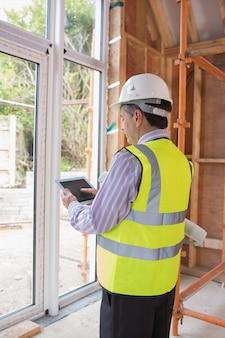 Construção de planejamento de homem com tablet pc