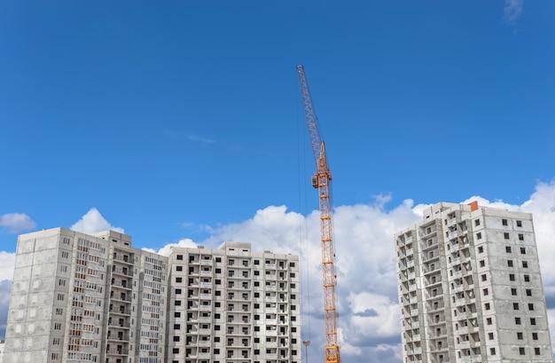 Construção de prédios e guindastes altos