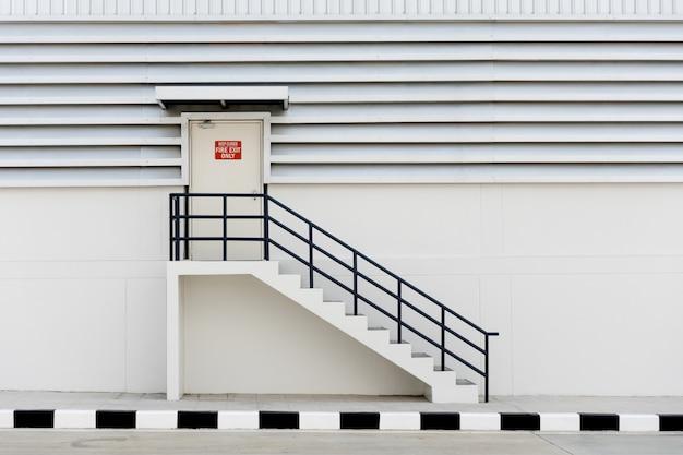 Construção de saída de emergência com sinal de saída e extintor de incêndio.