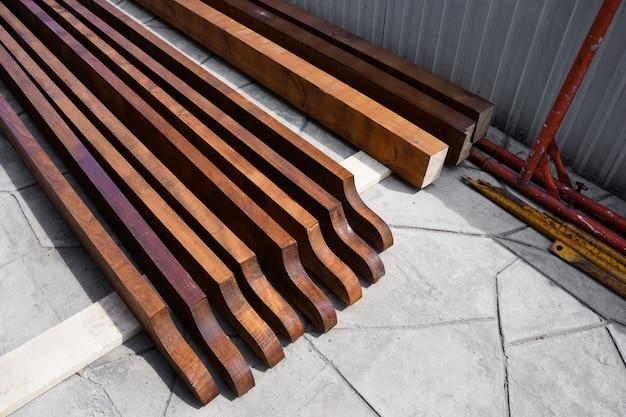 Construção de telhado de madeira. edifício em andamento. construção de casas. foto de alta qualidade