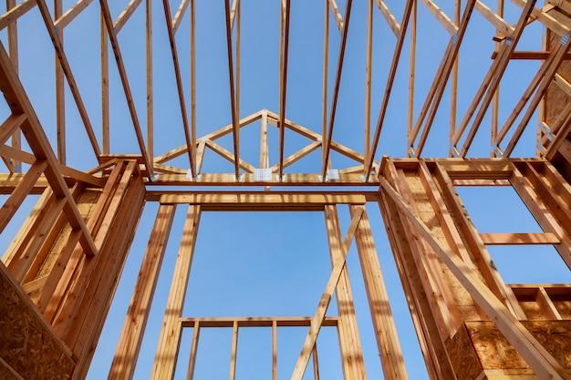 Construção de telhado de madeira novo edifício em construção