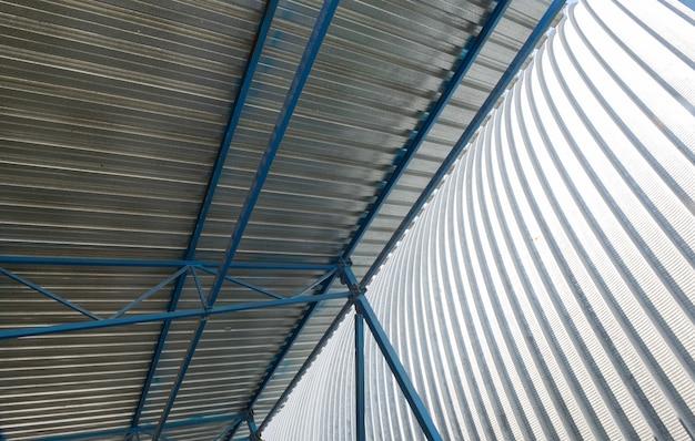 Construção de telhado de metal de uma instalação industrial, vista interna