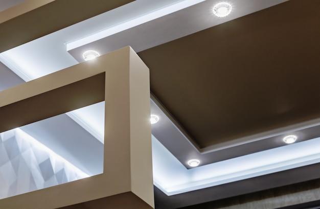 Construção de teto suspenso e drywall na decoração