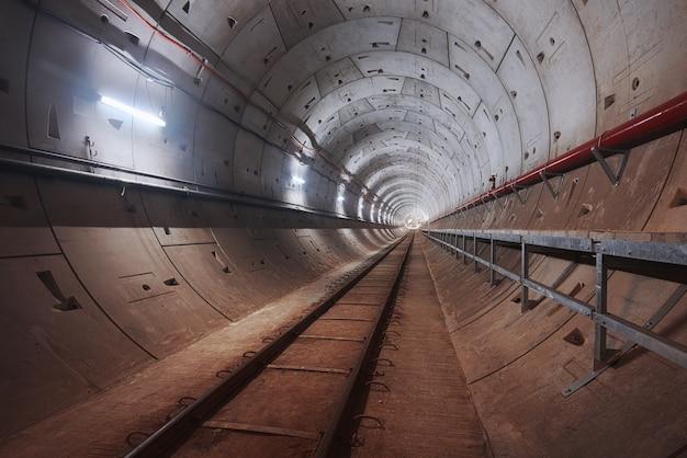 Construção, de, túnel metrô, com, branca, luz
