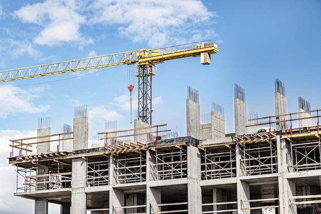 Construção de uma casa monolítica de concreto armado. tecnologias de construção modernas. construção de um edifício moderno de vários andares.