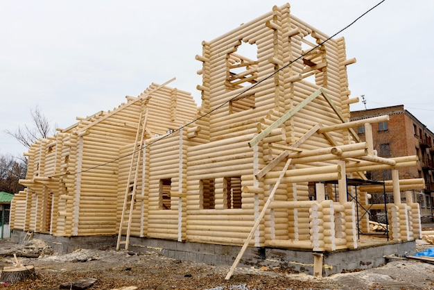Construção de uma igreja cristã feita à mão de toras de madeira tratadas sem pregos