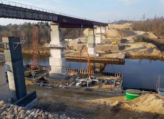 Construção de uma nova ponte sobre o rio construção de uma ponte rodoviária
