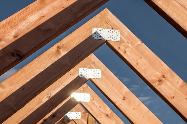 Construção de vista frontal de um telhado