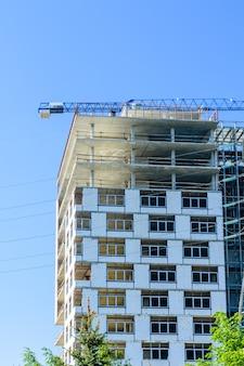 Construção do novo edifício residencial moderno