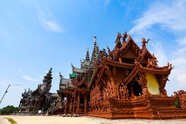 Construção do templo da verdade em pattaya, tailândia. o santuário é um edifício todo em madeira, repleto de esculturas baseadas no budismo tradicional