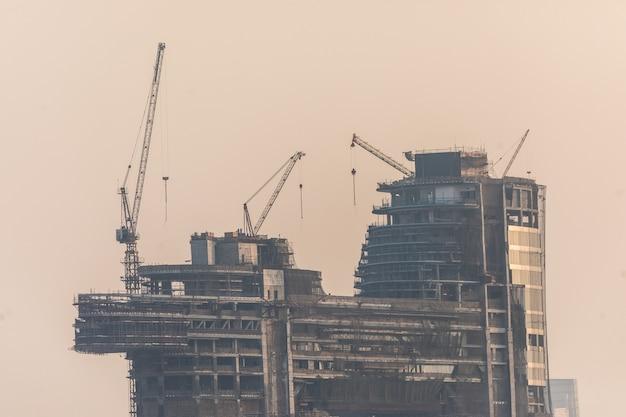 Construção dos arranha-céus da marina tall dubai nos emirados árabes unidos