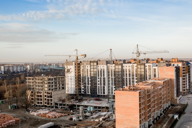 Construção e construção de arranha-céus, a indústria da construção com equipamentos de trabalho e trabalhadores.