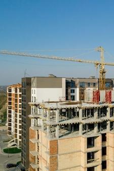 Construção e construção de prédios altos, a indústria da construção com equipamentos de trabalho e trabalhadores